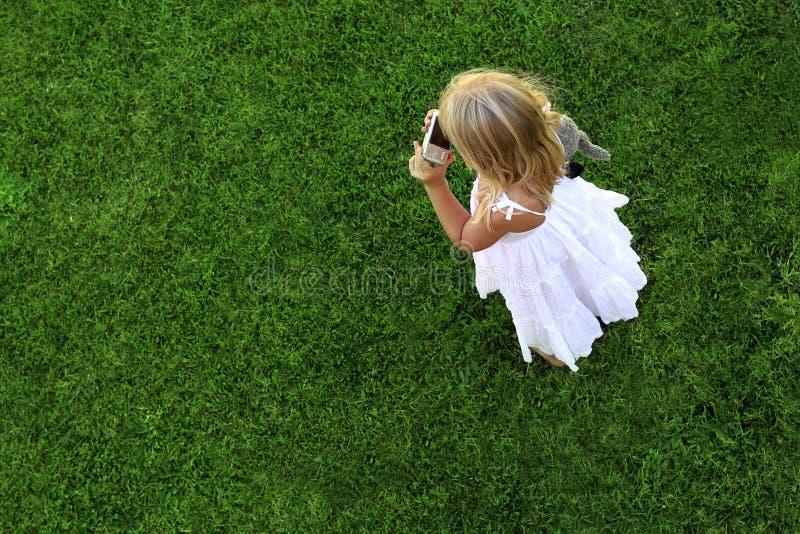 Groen grasachtergrond en meisje stock foto's
