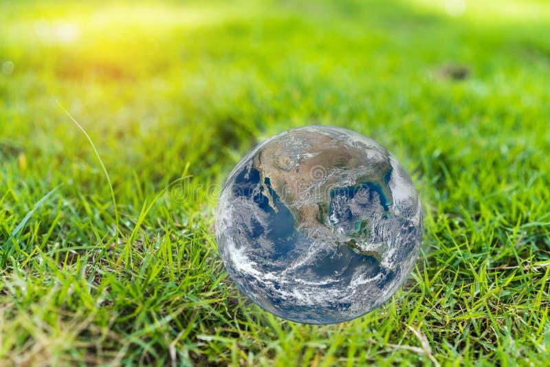 Groen grasgebied met blauwe aarde wereldwijd Elementen van dit die beeld door NASA wordt geleverd stock foto's