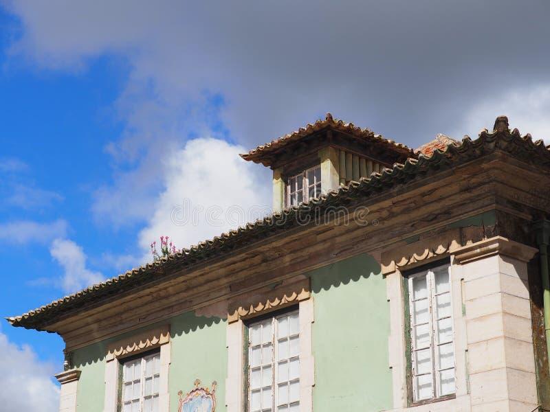 Groen Huis met Traditioneel Rood Betegeld Dak in Sintra Portugal royalty-vrije stock afbeelding