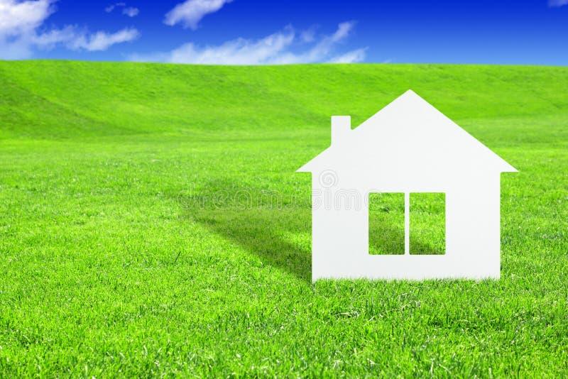 Groen huisconcept, document huis op gras royalty-vrije stock afbeelding