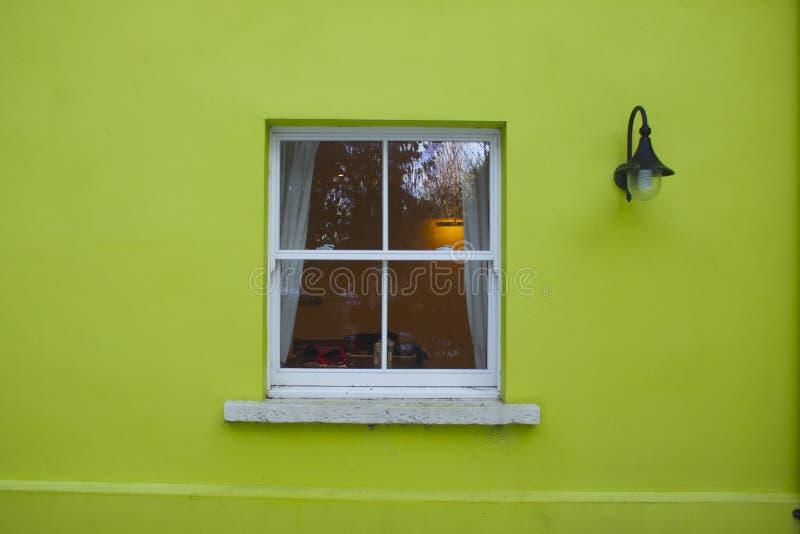 Groen huisvenster royalty-vrije stock foto's