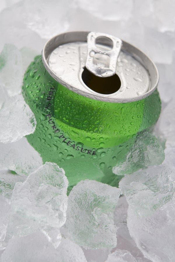 Groen kan van Bruisende Frisdrank in Ijs plaatsen royalty-vrije stock afbeeldingen