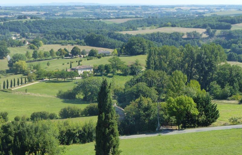 Groen kenmerkend landschap van het zuidwesten van Frankrijk in de zomer voor zover u oog kunt zien stock afbeeldingen