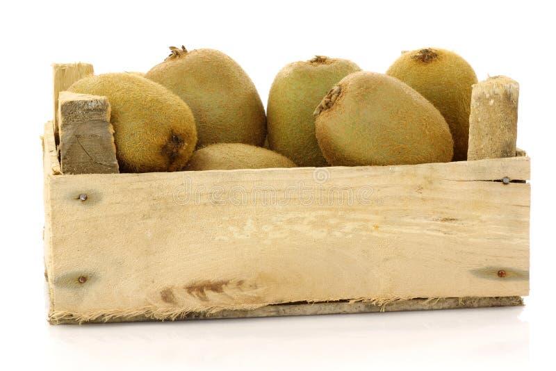Groen kiwifruit in een houten krat stock foto's