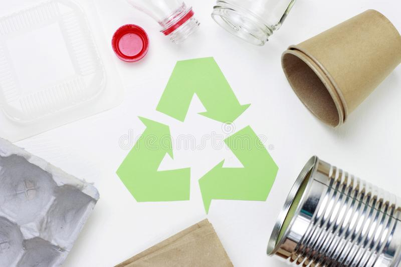 Groen kringloophuisvuilsymbool en plastiek, ijzerhuisvuil op witte achtergrond, hoogste mening royalty-vrije stock afbeeldingen
