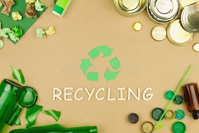 Groen kringlooppijlteken als symbool van het sorteren van gebruikt afvalhuisvuil royalty-vrije stock foto