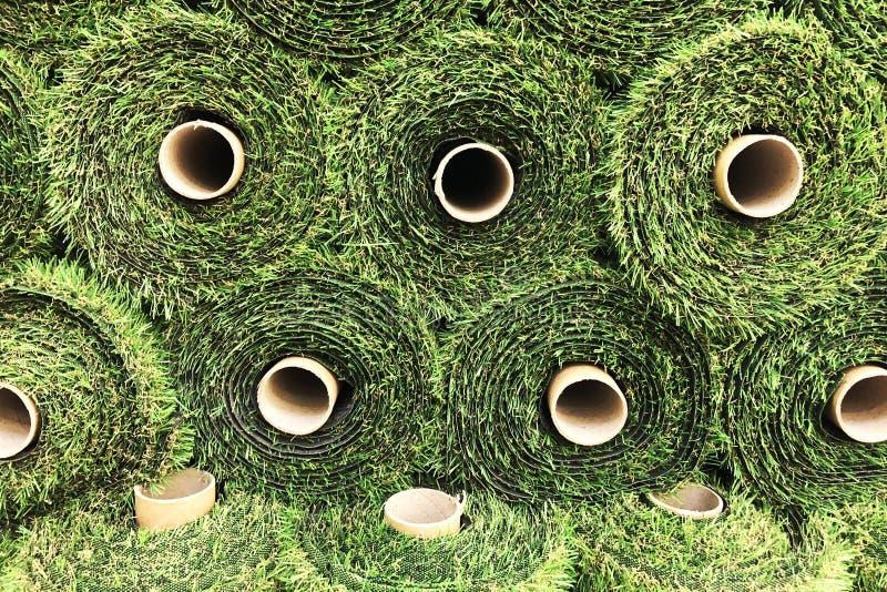Groen kunstmatig die gras in bouwopslag wordt gerold royalty-vrije stock fotografie