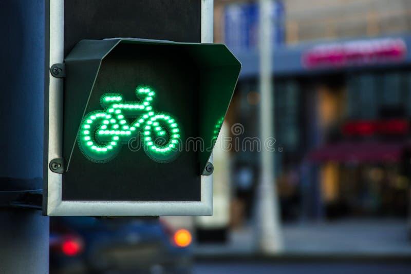 Groen licht voor fietssteeg op verkeerslicht stock foto