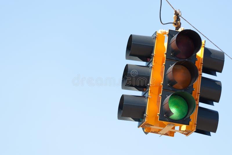 Groen lichtverkeerslicht met exemplaarruimte royalty-vrije stock afbeeldingen