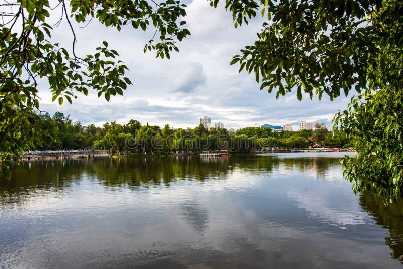 Groen meer in Kunming, kapitaal van Yunnan-provincie van China stock foto