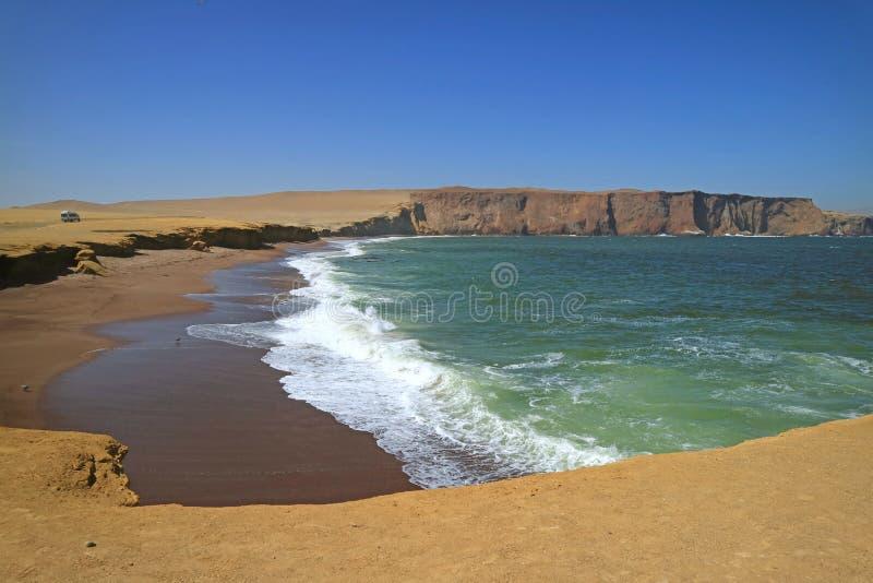 Groen Oceaan, Rood Strand, Gele Klip en Blauwe Hemel in Paracas, Peru royalty-vrije stock afbeeldingen