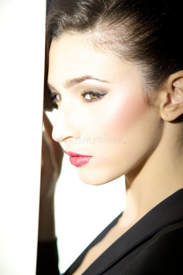 Groen oog van het mooie vrouwelijke model stellen royalty-vrije stock fotografie