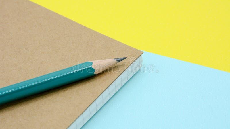 Groen potlood op een agendaboek stock afbeeldingen