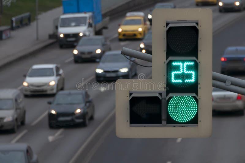 Groen signaal van verkeerslicht over de weg in de stad royalty-vrije stock foto