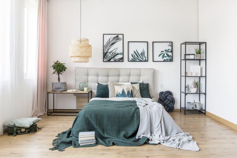 Groen slaapkamerbinnenland met installatie stock foto