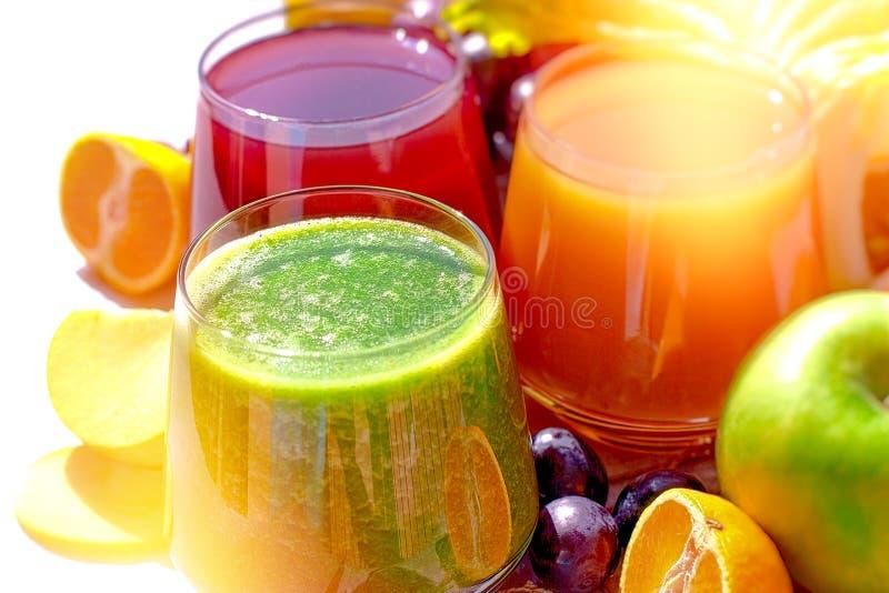 Groen smoothie en vruchtensap, vers gedrukte gezonde dranken royalty-vrije stock afbeelding