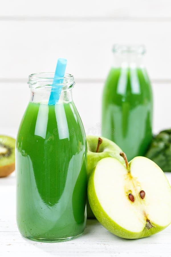 Groen van de de appelkiwi van het smoothiesap van het de spinazieportret het formaatfruit Fr stock foto's
