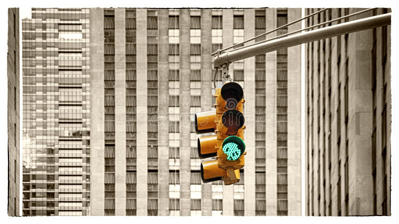 Groen verkeerslicht op een wolkenkrabbersachtergrond stock foto's