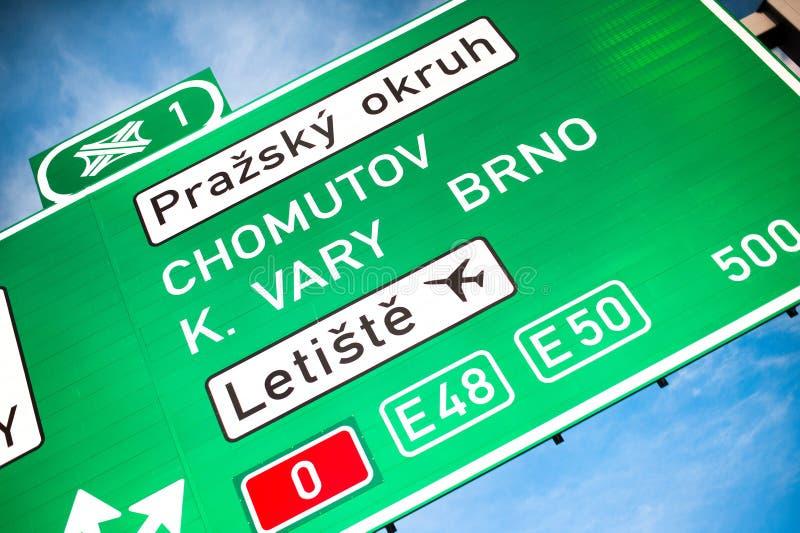 Groen verkeersteken van D0 Prague Ring Wegverbinding naar de steden Brno, Chomutov, Karlovy Vary en Vaclav Havel royalty-vrije stock fotografie