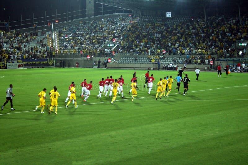 Groen voetbalgebied, Israëlische voetbal, voetballers op het gebied, voetbalspel in Tel Aviv De Wereldbeker van FIFA royalty-vrije stock fotografie