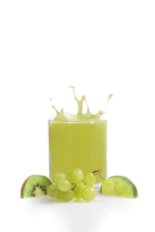 Groen vruchtensap van kiwien, kalk en druiven stock afbeeldingen