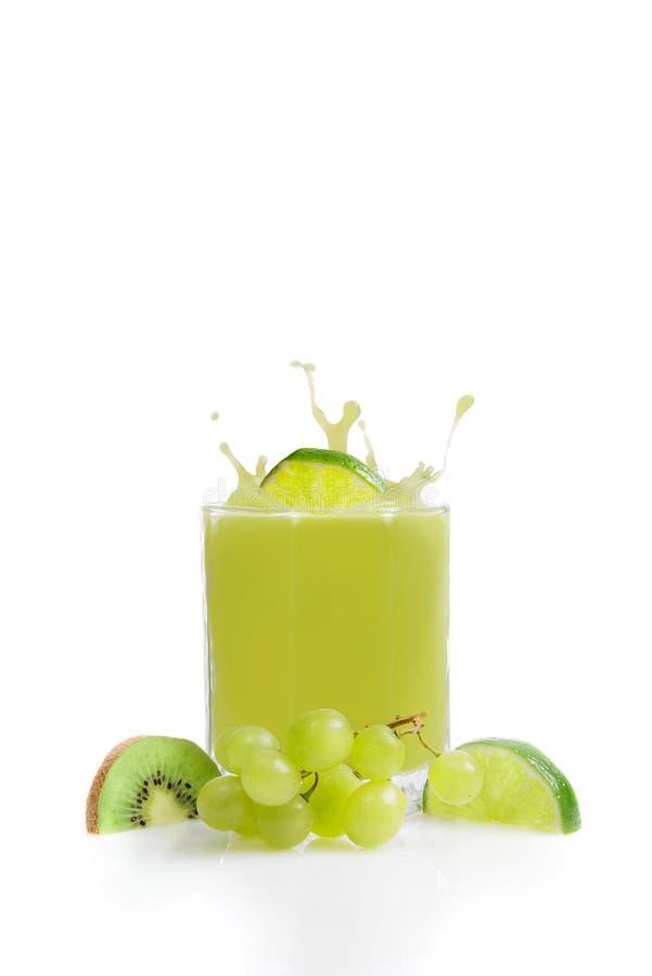 Groen vruchtensap van kiwien, kalk en druiven stock foto's