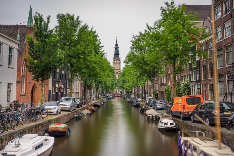 Groenburgwal kanal i Amsterdam med den sydliga kyrkan royaltyfri fotografi