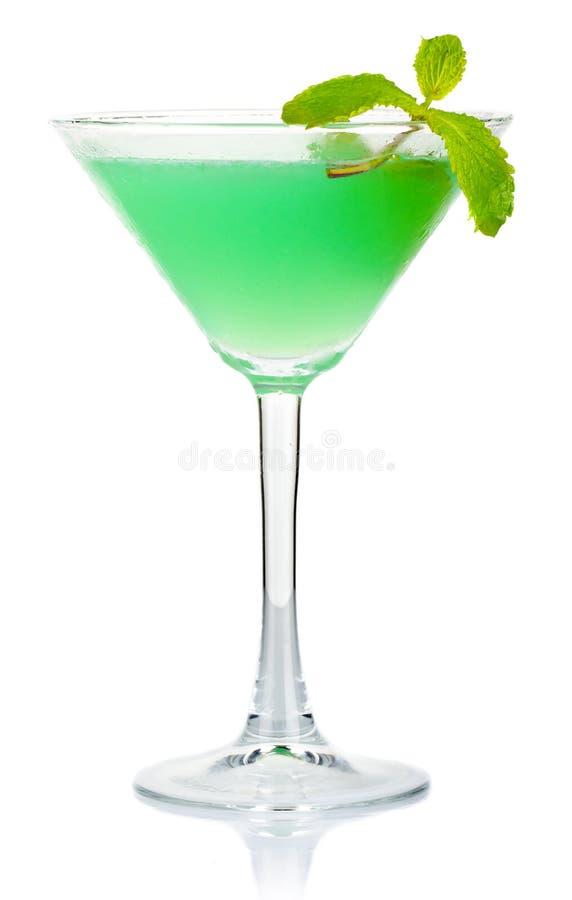 Groene alcoholcocktail met verse die muntbladeren op wit worden geïsoleerd stock afbeelding