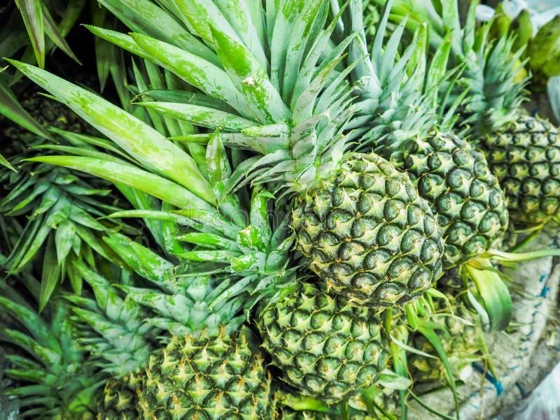 Groene ananas voor verkoop in de markt royalty-vrije stock fotografie