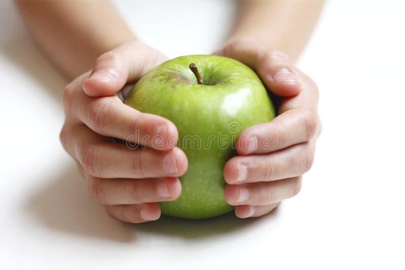 Groene appel in de handen van het kind royalty-vrije stock afbeeldingen