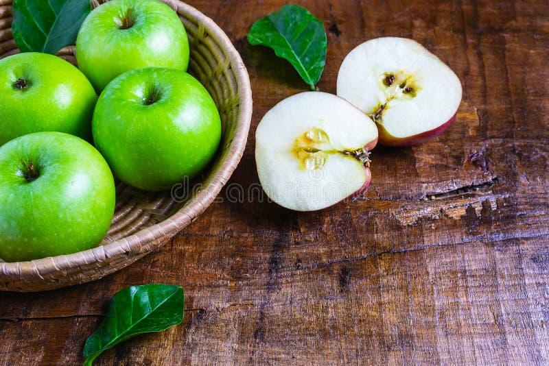 Groene appel in een mand op een houten lijst royalty-vrije stock foto