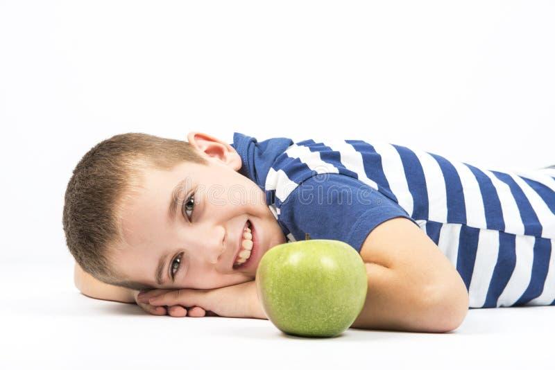 Groene appel en gelukkig jong geitje stock foto