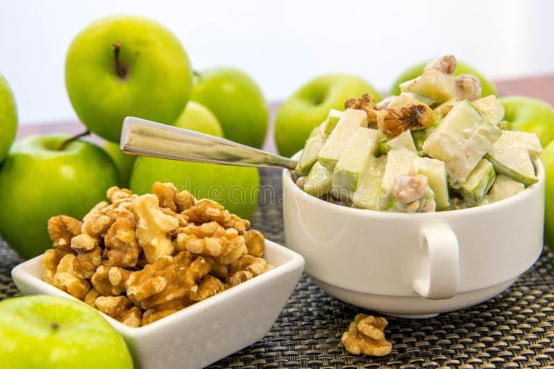 Groene appel en okkernootsalade royalty-vrije stock foto