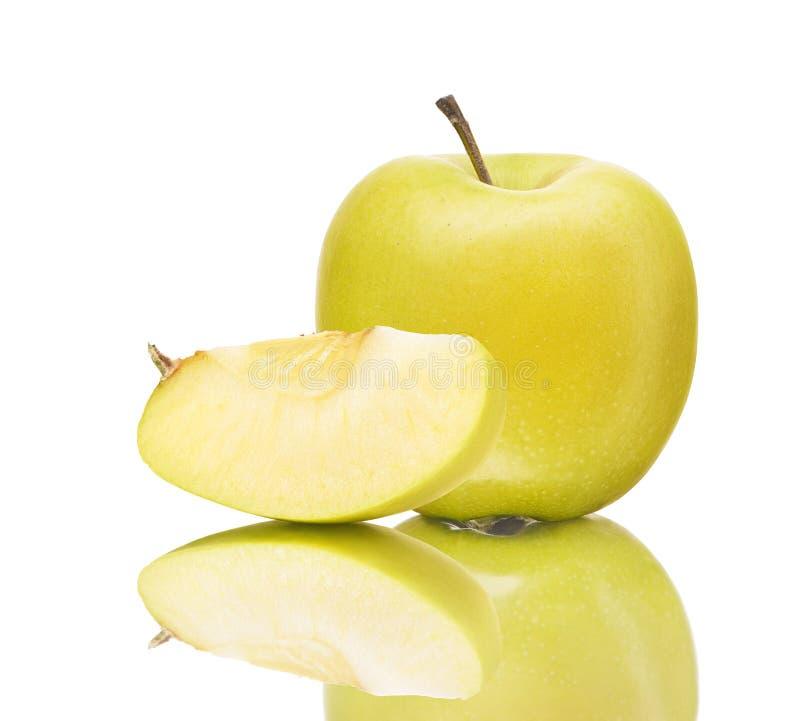 Groene appel en plak met bezinning over wit stock foto's