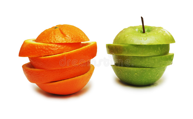 Groene appel en sinaasappel die op wit wordt geïsoleerdz stock afbeeldingen