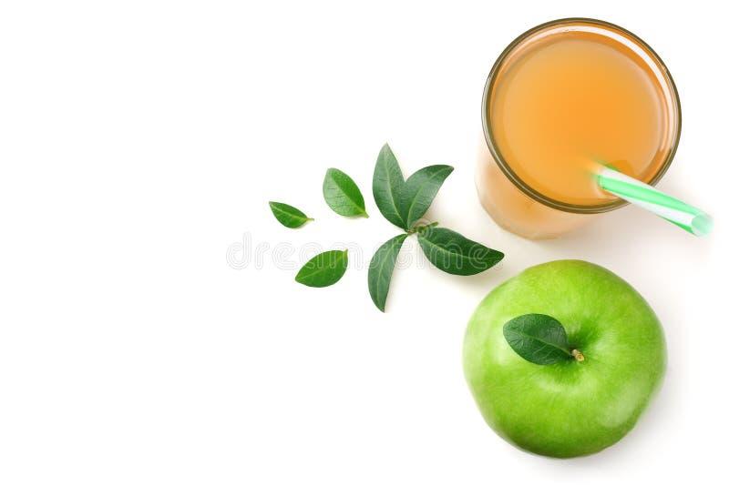Groene appel met appelsap dat op witte achtergrond wordt geïsoleerd Hoogste mening stock foto