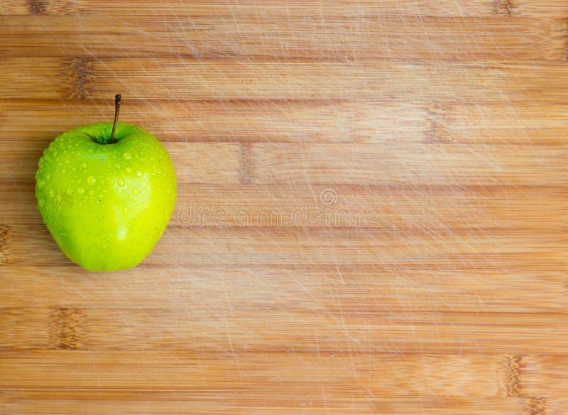 Groene appel op een licht hakbord Mening van hierboven Ruimte voor tekst stock afbeeldingen
