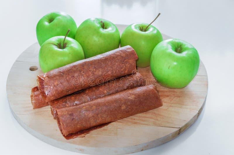 Groene appelen De gezonde snoepjes van het suiker vrije fruit voor de winter Appelmoes droog en in broodjes wordt verdraaid dat stock afbeeldingen