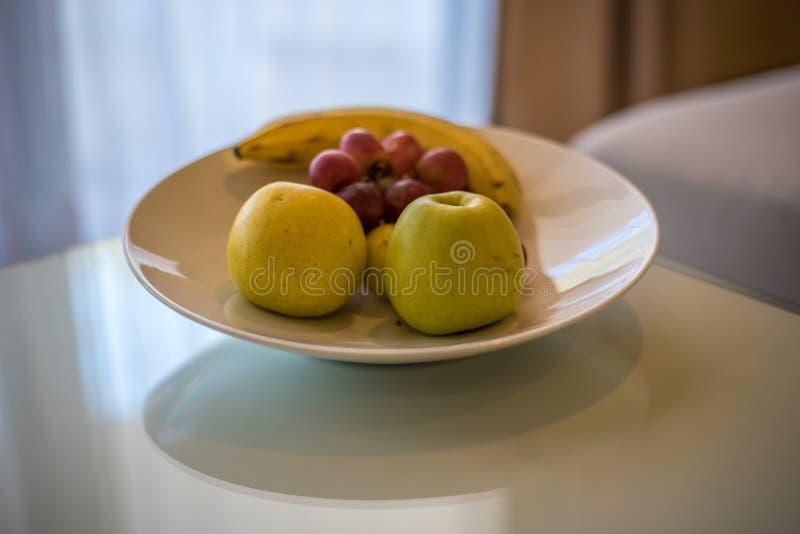Groene appelen, druiven en banaan op witte lijst royalty-vrije stock foto