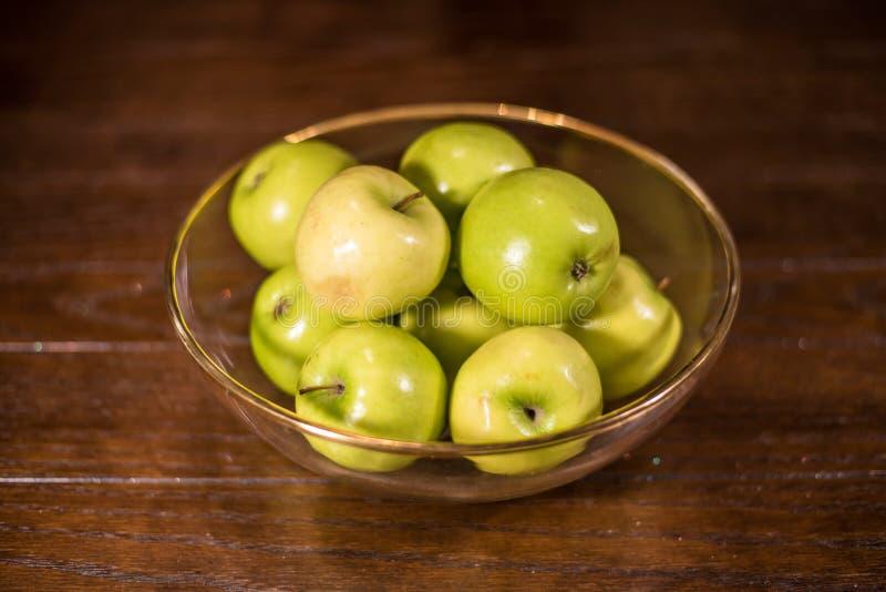 Groene appelen in duidelijke kom op lijst royalty-vrije stock afbeeldingen