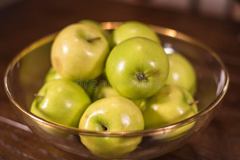 Groene appelen in duidelijke kom op lijst royalty-vrije stock fotografie