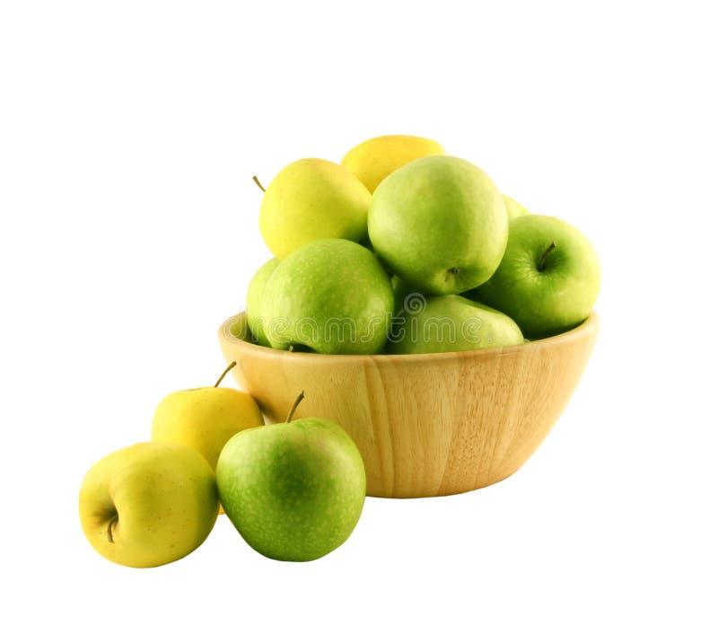 Groene appelen in een houten mand stock foto