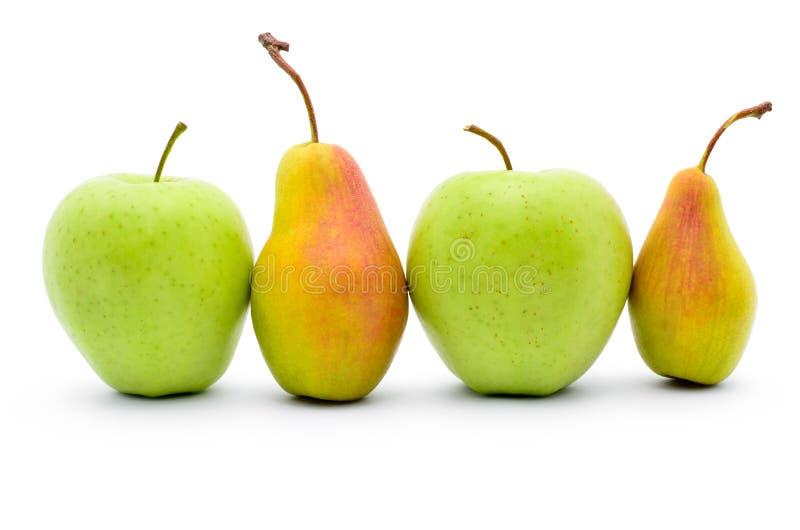 Groene appelen en rijpe die peren op witte achtergrond worden geïsoleerd stock foto's