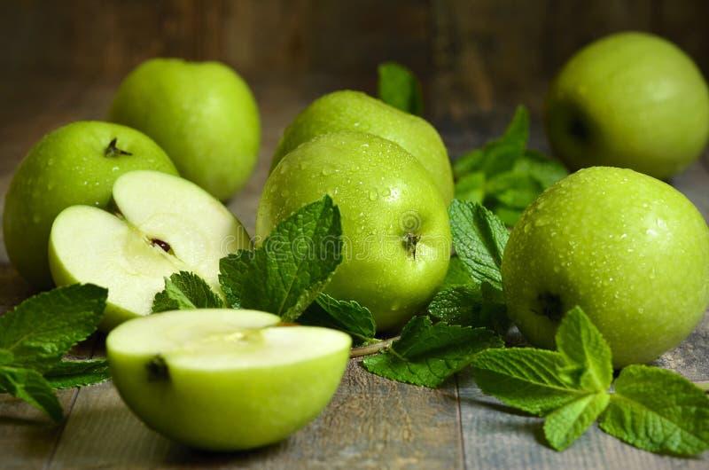 Download Groene Appelen Met Muntbladeren Stock Foto - Afbeelding bestaande uit tuin, rijp: 54091064
