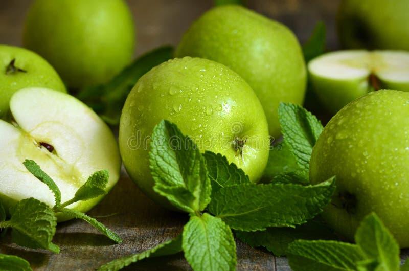 Download Groene Appelen Met Muntbladeren Stock Foto - Afbeelding bestaande uit groen, tuin: 54091108