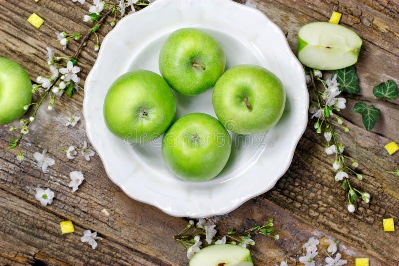 Groene appelen op rustieke plaat royalty-vrije stock fotografie