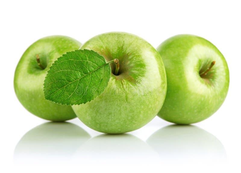 Groene appelvruchten met blad stock foto