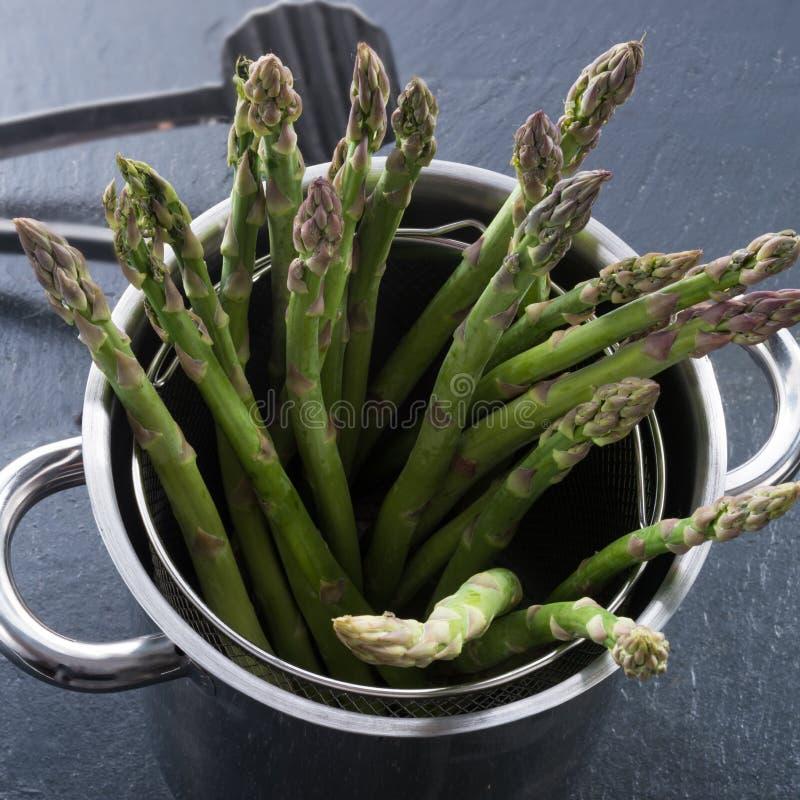 Groene asperge in de pot stock fotografie