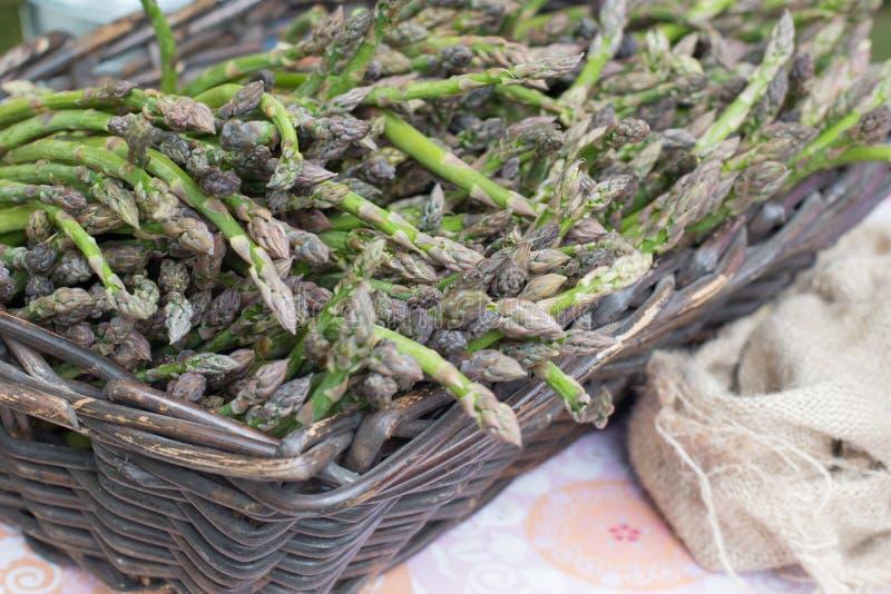 Groene asperge in een mand stock foto's