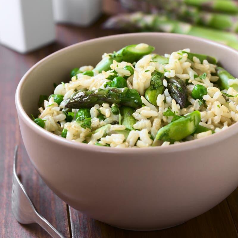Groene Asperge, Erwt en Ongepelde rijst Risotto stock foto's